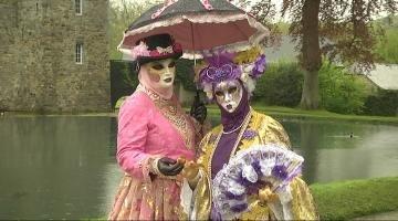Afin de prendre part, chaque année pour certains, au célèbre carnaval  vénitien, les participants confectionnent, eux,mêmes, leurs costumes selon  leurs goûts